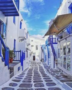 Ulica v majhnem grškem mestu.