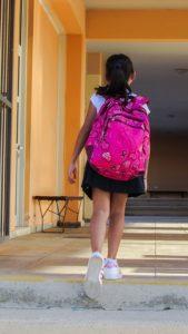 šolarka s šolsko torbo