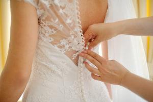 V poročnem salonu preizkusite čimveč različnih oblek.