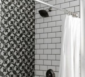 Črno bele kopalniške ploščice v zanimivih vzorcih, slikano pod tušem.