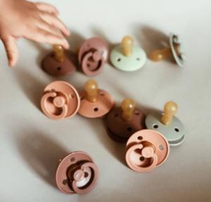 Različne barve otroških dud Bibs.